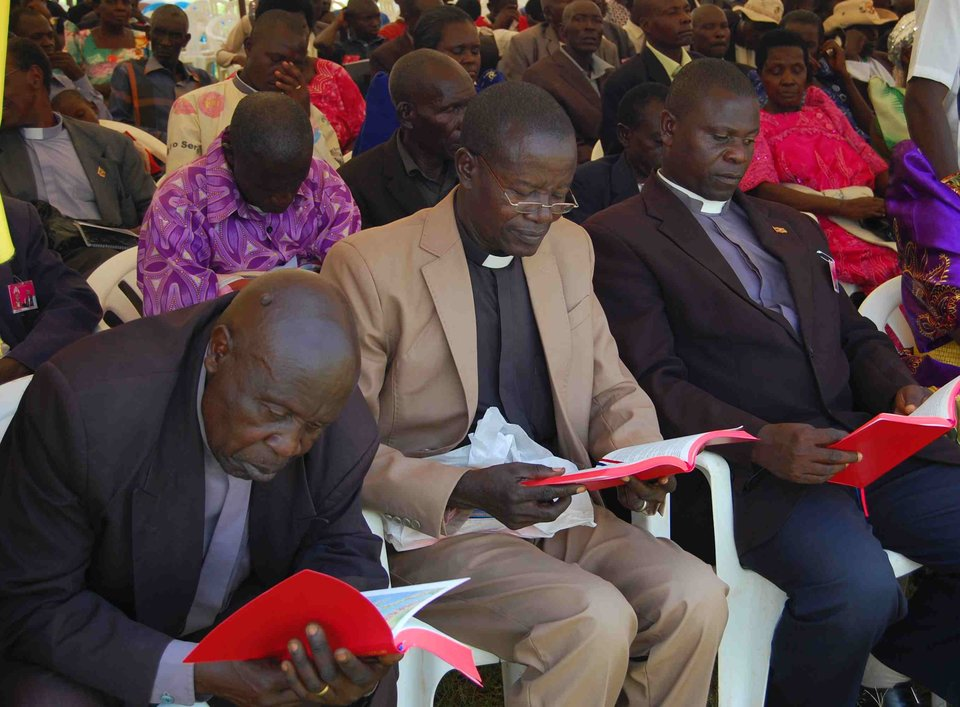 Bagwere men reading NT